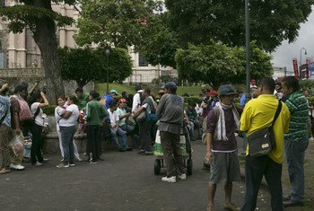 Nicaragüenses reunidos en el Parque de la Merced, en la ciudad de San José, la capital de Costa Rica.