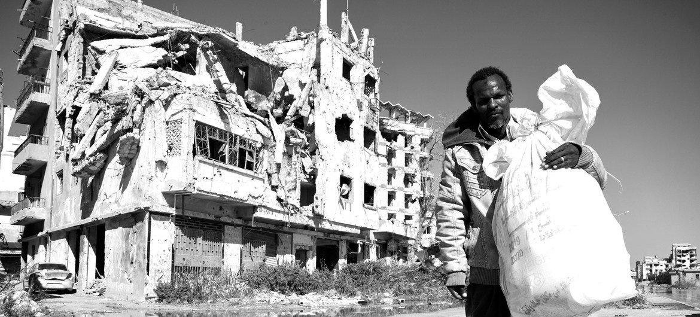 Обострение ситуации в Ливии стало очередным испытанием для населения, которое живет в условиях конфликта и социально-экономического кризиса последние восемь лет, с момента свержения Муаммара Каддафи.