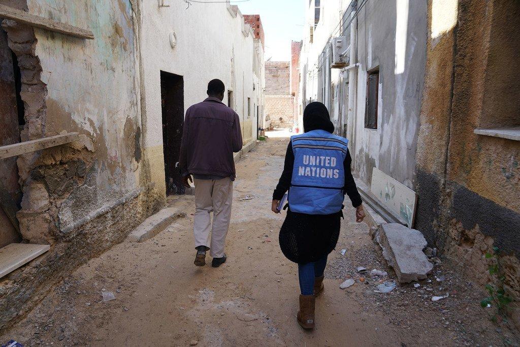 Dans les rues de Tripoli, en Libye, un membre du personnel d'OCHA visite un centre de soins avant le début des affrontements autour de Tripoli. (Février 2019)