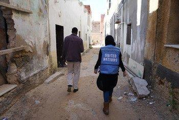 En las calles de Trípoli, en Libia, personal de OCHA visita la casa de un sudanés.