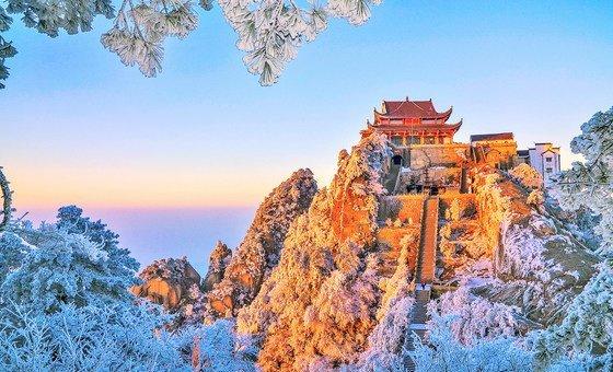 位于中国安徽省庆阳县的九华山今天被列入联合国教科文组织世界地质公园。九华山顶建有庄严的佛教寺庙,其中有些的历史可远溯至公元5世纪。除了宗教、历史和文化意义,九华山脉还为长江水系提供了丰富的淡水来源,其独特的地质条件促进了该地区生物多样性和文化传统的繁荣。2016年,该地区的自然景观和宗教景点吸引了990万游客,为当地社区做出了重大经济贡献。