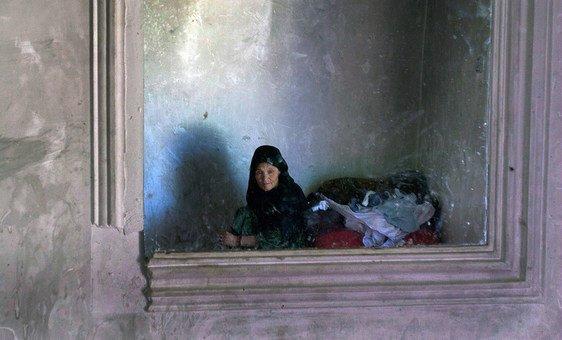 امرأة مسنة محتجزة في مركز احتجاز للإناث في شمال أفغانستان (2010).