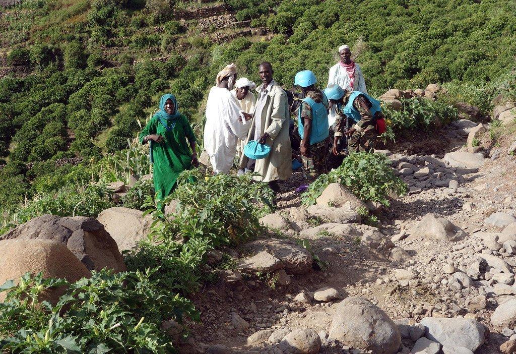 2018年9月,达尔富尔混合行动和人道主义国家工作队的工作人员为南达尔富尔地区遭受泥石流影响的灾民提供援助。