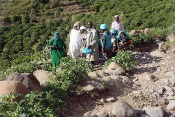 بعثة يوناميد والفريق القطري يقدمون المساعدة إلى ضحايا الإنزلاق الأرض في شرق جبل مرة بجنوب دارفور، سبتمبر 2018.