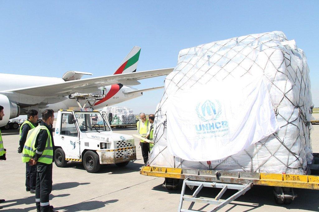 联合国难民署正向受到洪灾侵袭的伊朗空运救灾物资。从今年3月中旬开始的洪水导致50万人流离失所,超过200万人需要紧急人道主义援助。