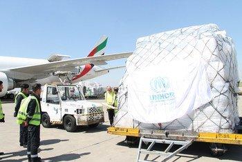 مفوضية الأمم المتحدة لشؤون اللاجئين تقوم بتفريغ شحنة جوية من الإمدادات للتوزيع على المحتاجين. اجتاحت الفيضانات والأمطار الغزيرة 24 مقاطعة في إيران، وتسببت الفيضانات في نزوح نصف مليون شخص، كما تركت أكثر من مليوني شخص بحاجة للمساعدة الإنسانية العاجلة.