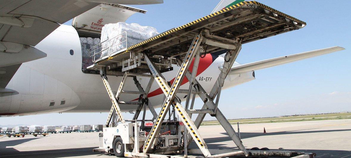 联合国难民署向遭受洪灾侵袭的伊朗运送了一批救灾物资,其中包括帐篷、睡垫、毛毯和厨房用品。
