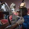 Muhindo, un jeune survivant d'Ebola, se fait vérifier les yeux pour s'assurer qu'il n'a pas de complications liées à la maladie.