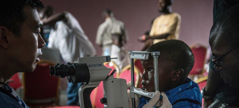 Сотрудники ВОЗ помогают местным медикам остановить вспышку Эболы в ДРК