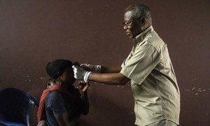 Télesphore Mumbere, Profesa wa magonjwa ya macho kwenye Kliniki ya macho ya Chuo Kikuu Butembo , DRC akichunguza jicho la manusura wa Ebola