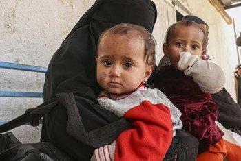 Dos gemelos de nueve meses junto a su madre y dos hermanos que huyeron de la violencia en la aldea de Susa, en el noreste de Siria. La familia emprendió un arduo viaje al campamento de Al-Hol.