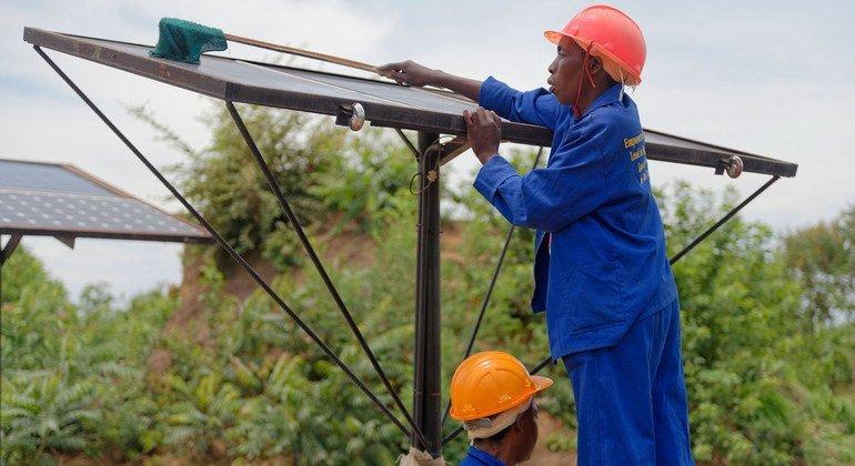 Los paneles solares proporcionan energía limpia a muchos zambianos.