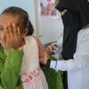 Una niña recibe la vacuna contra el sarampión y la rubeola en un centro apoyado por UNICEF en Bani Alhareth, Yemen, en febrero de 2019