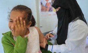Un enfant au Yémen se fait vacciner contre la rougeole et la rubéole, en février 2019.