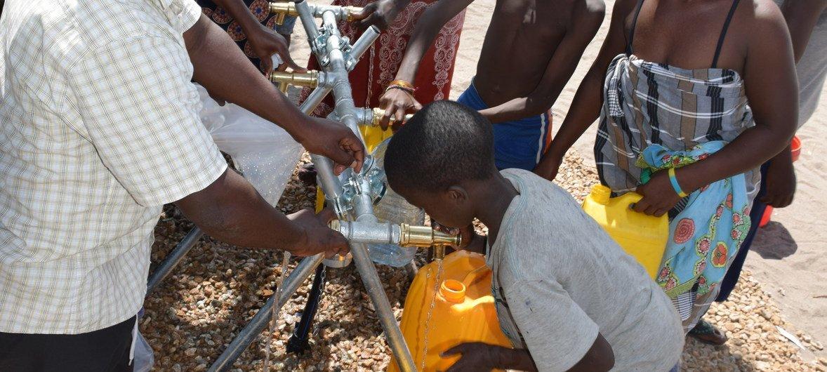 Famílias no acampamento Samora Michel na Beira, em Moçambique.