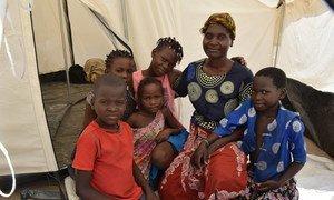 Família vivendo em um dos locais de acolhimento da OIM, na cidade de Beira, Moçambique