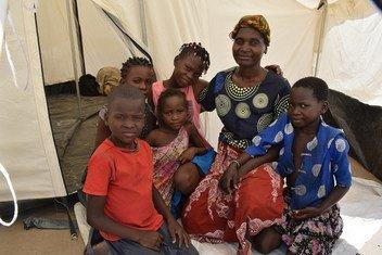 Família vivendo em um dos locais de acolhimento, na cidade de Beira, Moçambique.