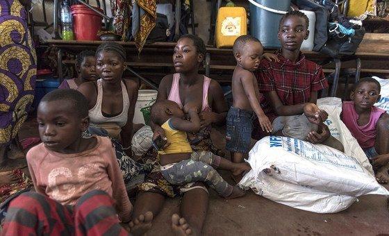 Distribuição de Super Cereal a famílias deslocadas que estão temporariamente sediadas em escolas como a escola primária Eduardo Mondlane, na Beira, que alberga 208 famílias deslocadas.