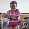 В ЮНИСЕФ считают, что мозамбикских детей нужно срочно вернуть в школу. Детский фонд обеспечивает их школьными принадлежностями.