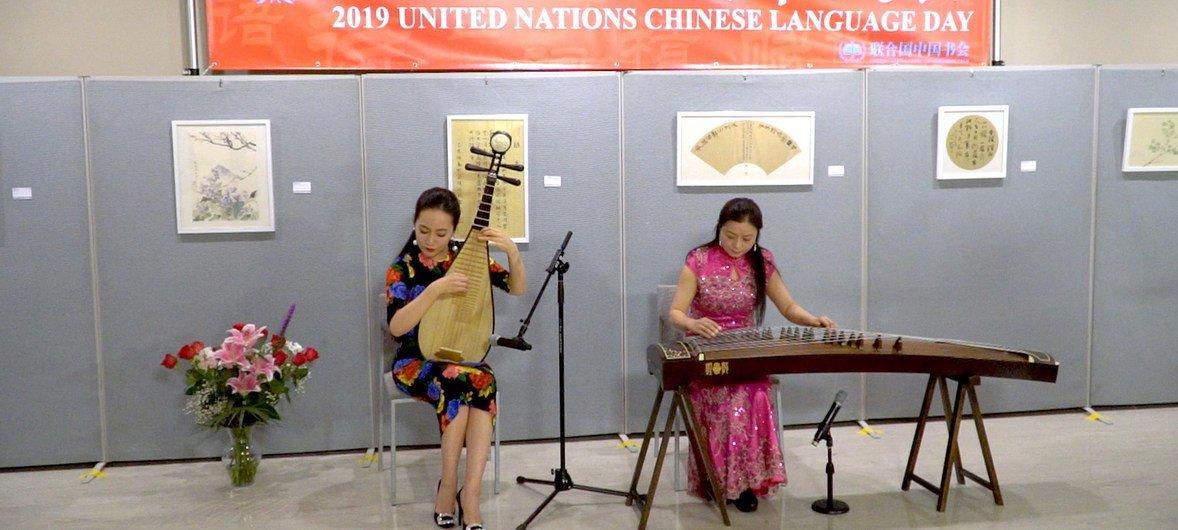 中国十大青年琵琶演奏家马琳与著名旅美古筝演奏家吴中贝在2019中文日开幕式上表演合奏《春江花月夜》。
