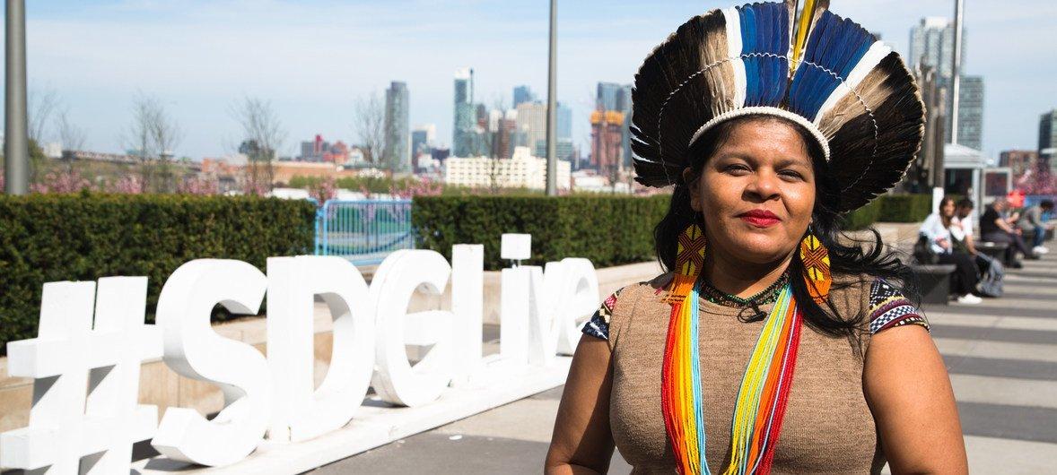 A líder indígena brasileira, Sônia Guajajara, discursou em sessão paralelaao Fórum Permanente sobre Assuntos Indígenas na sede da ONU