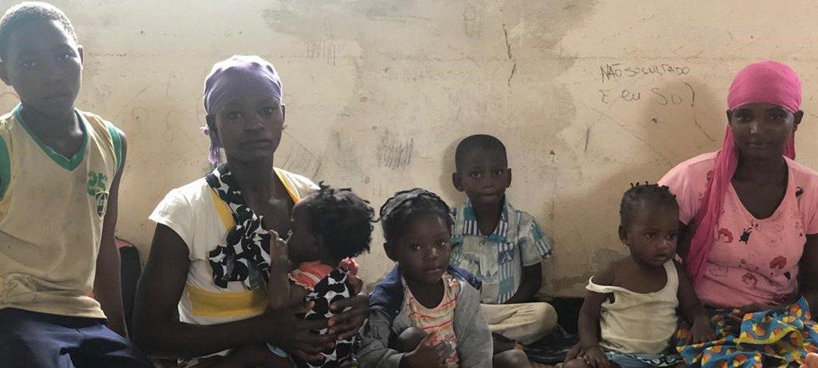 A l'approche du cyclone Kenneth, des habitants de Pemba se sont réfugiés dans une école. Le PAM a mis un de ses hélicoptère à disposition pour évaluer les dégats, une fois que la météo le permettra.