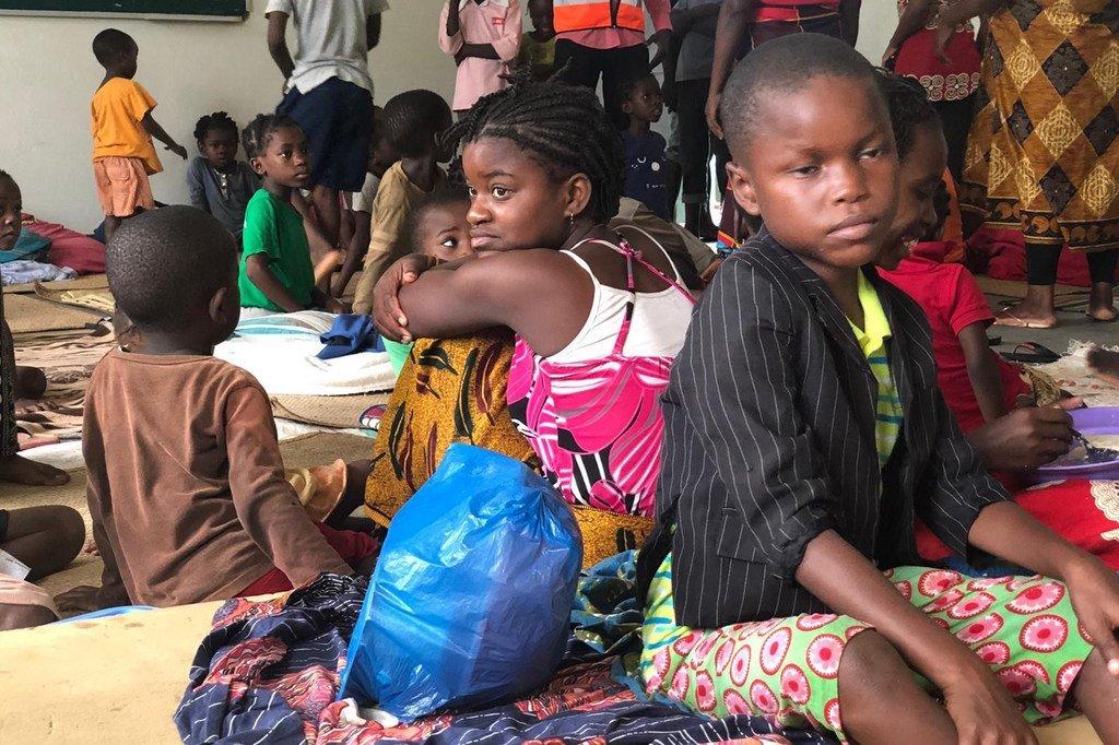 Wananchi ambao wanahifadhiwa katika shule huko eneo la Paqueté  kwenye mji wa Pemba jimboni Cabo Delgado baada ya kimbunga Kenneth kupiga eneo lao jana.