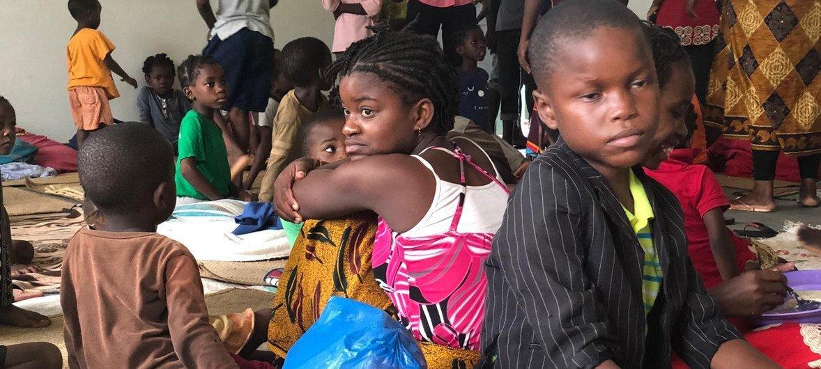 """热带气旋""""肯尼斯""""来袭,莫桑比克彭巴市的部分居民在当地的学校内避难。"""