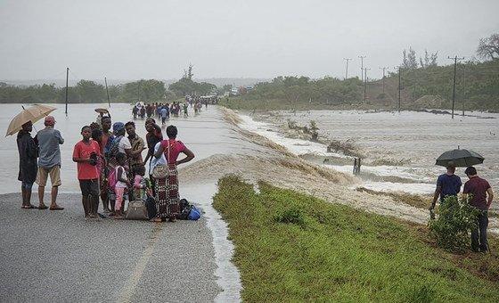 O ciclone Kenneth causou grandes danos nos sistemas de energia nas zonas urbanas usados para fornecer água e as fortes chuvas infetaram muitos furos e poços das zonas rurais, tornando-os inutilizáveis.