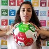 La freestyleuse footballeuse professionnelle Lisa Zimouche au siège des Nations Unies à New York devant les 17 Objectifs de développement durable