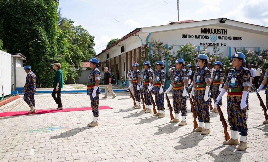 Miragoane,  30 octobre 2018 : des femmes de l'Unités de police constituée bangladaise saluent Helen La Lime, Représentante spéciale de l'ONU en Haïti et Cheffe de la MINUJUSTH