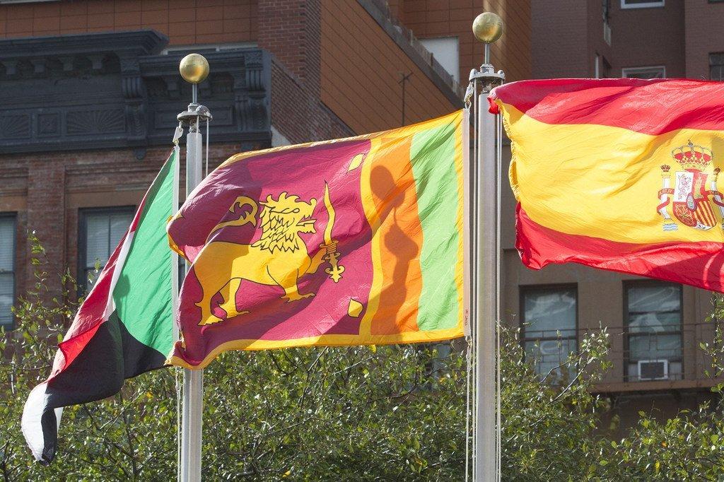 Bendera ya Sri Lanka (katikati) ikipepea katika viwanja vya Makao Makuu ya Umoja wa Mataifa.