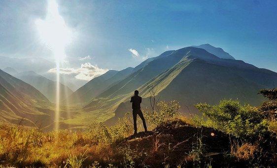 الشمس تشرق على جبال كارتشي شمال  إكوادور.