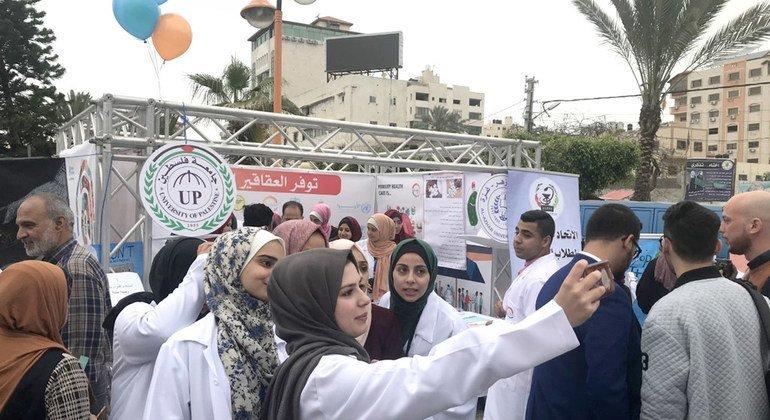 طبيبات فلسطينيات يحتفلن بيوم الصحة العالمي في غزة