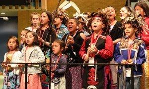 Niñas de la nación Onondaga cantan durante la inauguración de la 18a sesión del Foro Permanente sobre Cuestiones Indígenas.