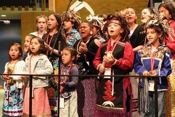 Crianças da Nação Onondaga atuaram na abertura do Fórum na Assembleia Geral