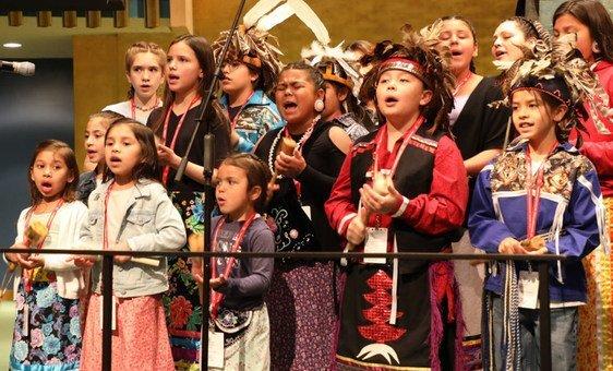 Дети из племени североамериканских индейцев онондага на открытии Постоянного форума по вопросам коренных народов в ООН