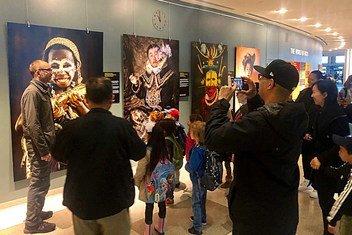 Александр Химушин (слева) общается с посетителями выставки «Мир в лицах» в ООН