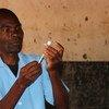 Un agent de santé au Malawi se prépare à administrer le nouveau vaccin antipaludique. (avril 2019)
