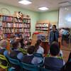 Une documentaliste organisant une séance de lecture dans sa bibliothèque