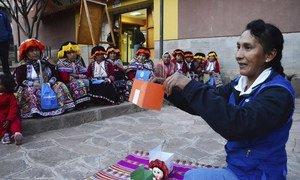Rut Pelaiza utiliza muñecas de trapo en sus clases de educación financiera para mujeres rurales en Perú
