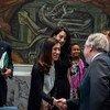 El Secretario General, António Guterres, saluda a Nadia Murad, premio Nobel de la Paz y embajadora de buena voluntad para la Dignidad de los Sobrevivientes de la Trata para la Oficina de las Naciones Unidas contra la Droga y el Delito, en el Consejo de Seguridad.