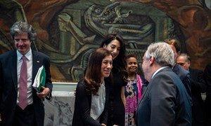 Le Secrétaire général de l'ONU, António Guterres (à droite), salue Nadia Murad, Prix Nobel de la Paix 2018, avant une réunion du Conseil de sécurité sur la violence sexuelle en temps de conflit.