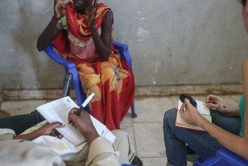 Manusura wa ubakaji nchini Sudan Kusini akisimulia kisa kilichompata. Alitoa simulizi hiyo kwenye eneo moja karibu na mji wa Bentiu. (Picha hii ni  ya Desemba 2018)