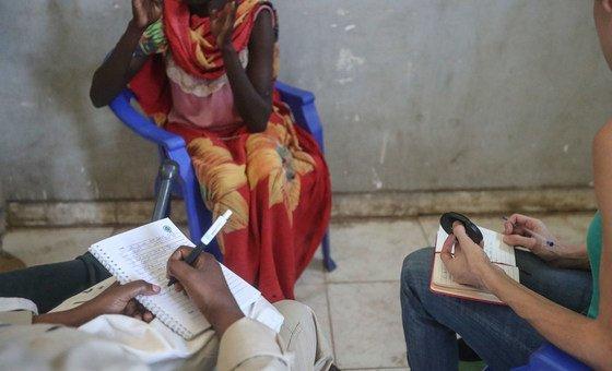 Vítima de estupro no Sudão do Sul conta sua história em um local não revelado perto da cidade de Bentiu, (Dezembro de 2018)