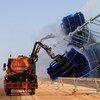 摩洛哥的一个太阳能发电厂内,清洁太阳能电池板的工作正在进行。 (2010年6月图片)