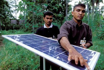 Painéis solares em vila do Sri Lanka
