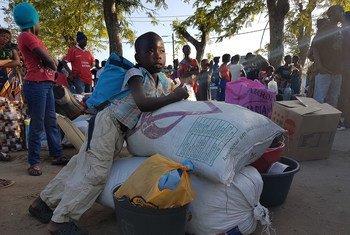 """莫桑比克,受""""伊代""""影响的部分百姓离开位于贝拉的临时收容所,向更靠近原先居住地的布齐地区转移。"""