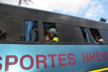 Famílias afetadas pelo ciclone Idai deixam abrigo temporário, na Beira, para um centro de trânsito mais próximo dos seus locais de origem no distrito do Buzi, Moçambique