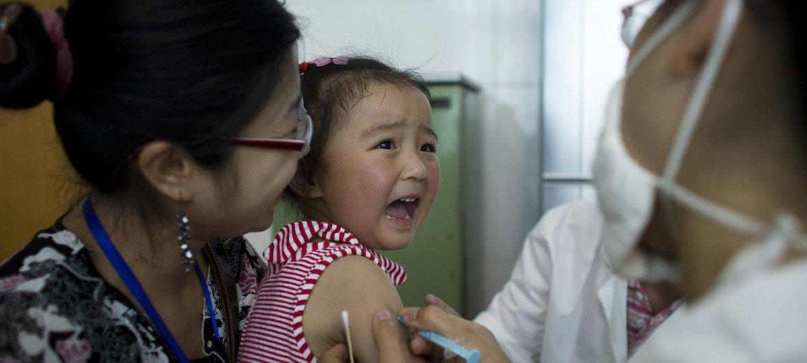 Una niña llora al ser vacunada contra la hepatitis A, en Chengdu, capital de la provincia china de Sichuan.